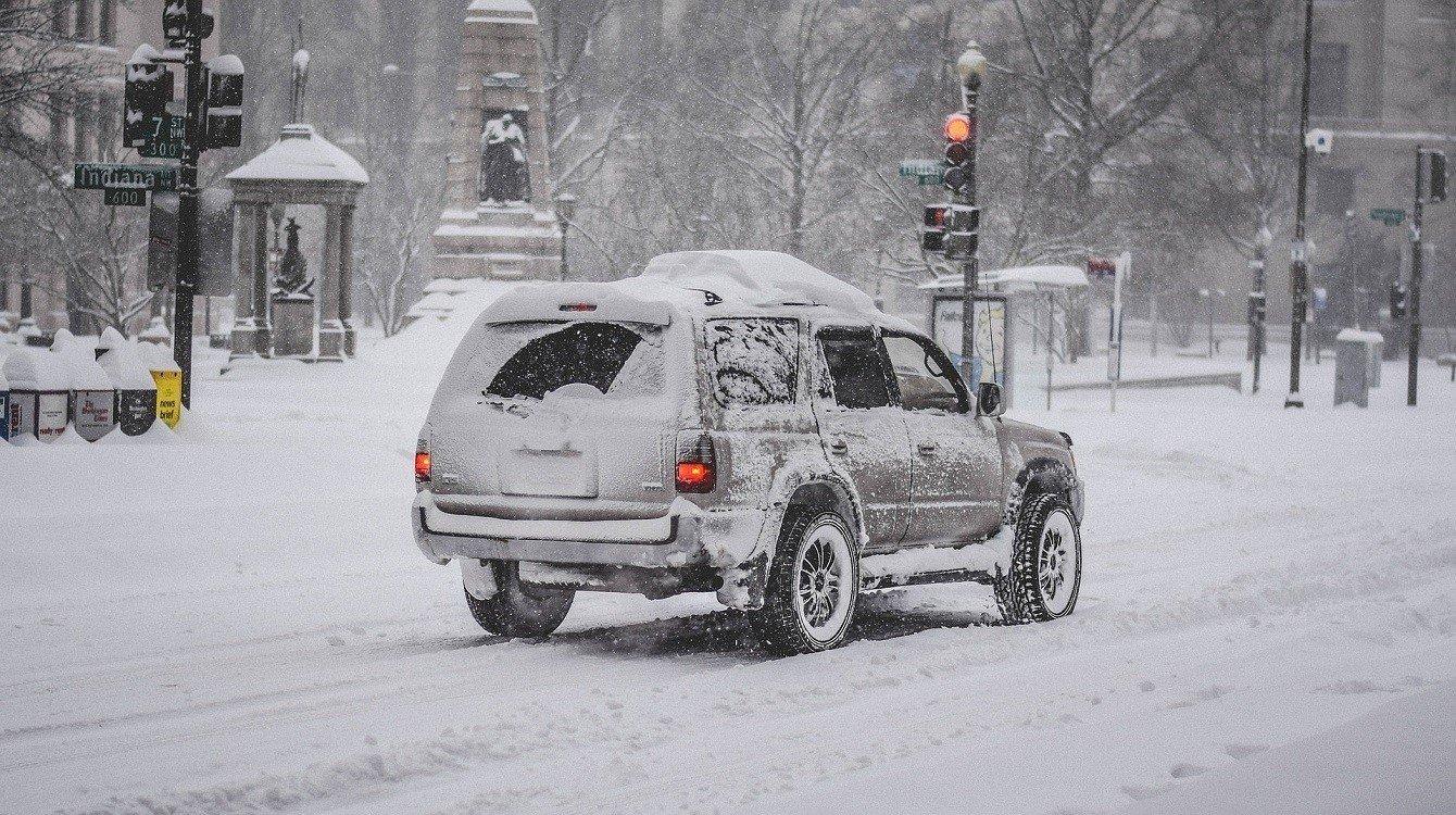 Zimní autonehody, nabouraná auta, viníci a odškodnění